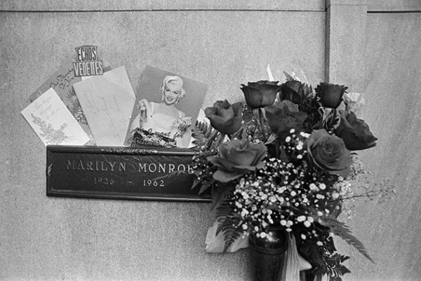 DiMaggio brought roses to Monroe grave