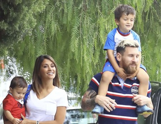 Lionel Messi with his wife and kids