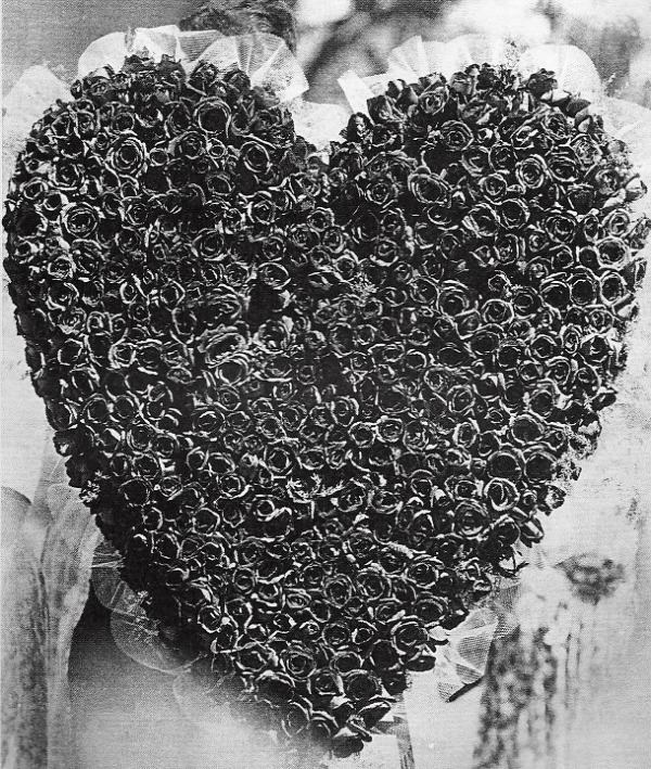 Heart made of roses from Dimaggio to Monroe funeral