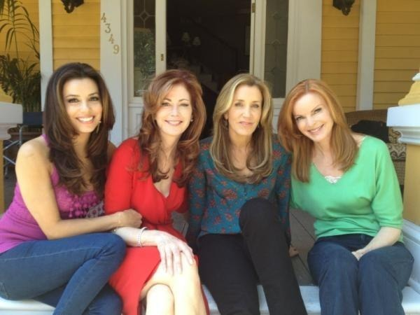 "Felicity Huffman with her co-stars in ""Desperate Housewives"""
