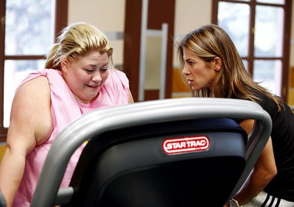 Jillian Michaels motivates the participant of The Biuggest Loser