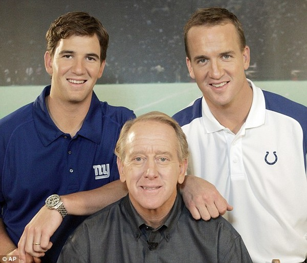 Peyton Manning (on the right) with his brother Eli Manning and father Archie Manning