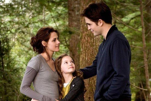 Mackenzie Foy, Kristen Stewart and Robert Pattinson in Breaking Dawn