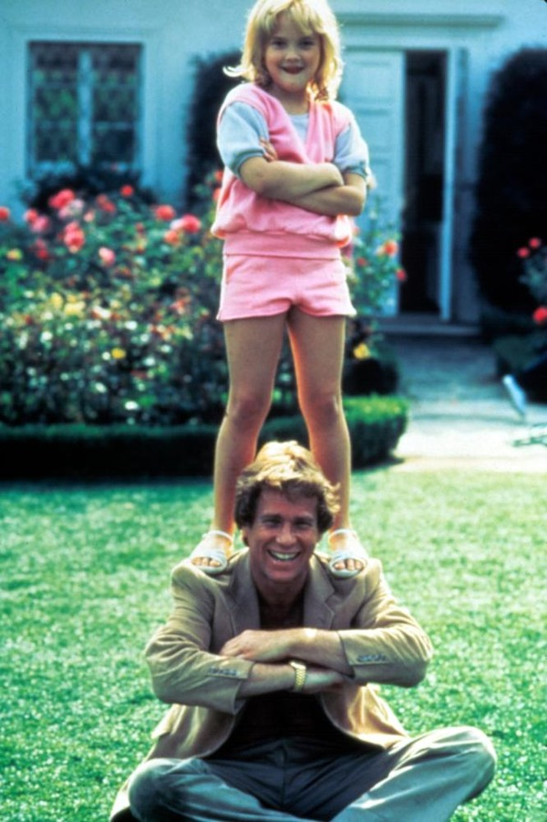 Ryan O'Neal and small Drew Barrymore in Irreconcilable Differences