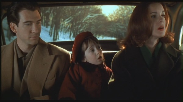 Dylan McDermott, small Mara Wilson and Elizabeth Perkins in Miracle on 34th Street