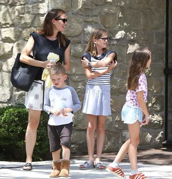 Jennifer Garner with her kids Violet, Seraphina and Samuel Affleck