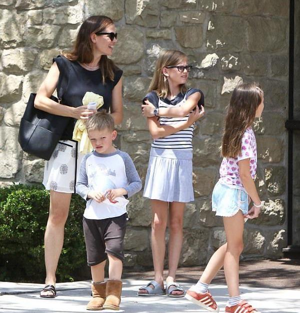 Jennifer Garner with her kids Violet, Seraphina and Samuel Affleck