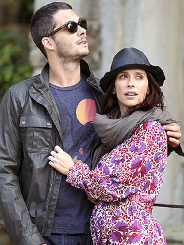"Jennifer Love Hewitt names Brian Hallisay ""a great husband"""