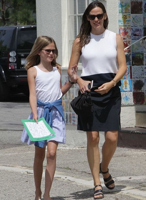 Violet Affleck with her mother Jennifer Garner