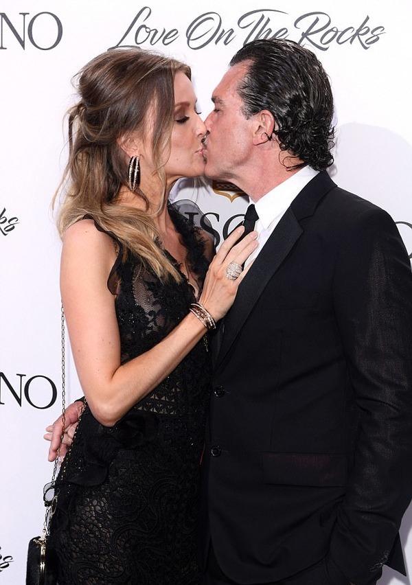 Antonio Banderas and Nicole Kimpel look happy