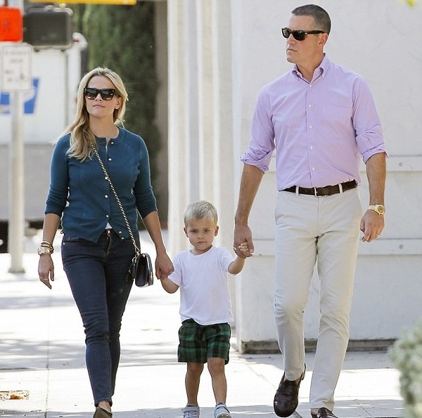 Tennessee Toth with his parents Reese Witherspoon and Jim Roth