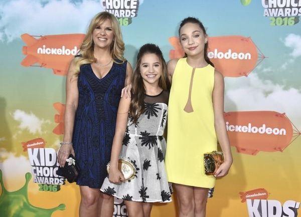 Maddie Ziegler family: with mother and sister