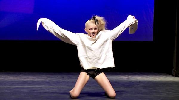 JoJo Siwa dancing