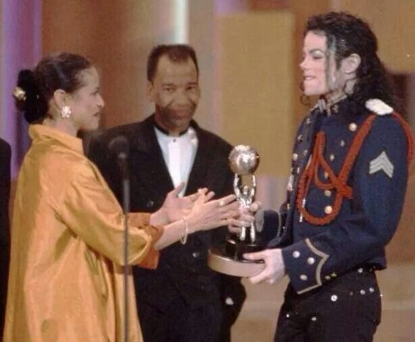 Debbie Allen receives an award from Michael Jackson